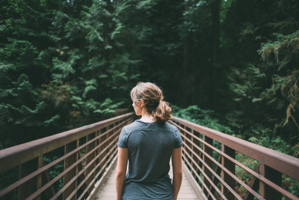 Como superar os obstáculos A Lenda do Lago coloca em cheque as emoções geradas/recebidas, cuja Inteligência Emocional, Altruísmo e Empatia, podem favorecer ou não na vida das pessoas (Agir, Pensar e Transformar). Apresenta também a dualidade do Ser e do Ter. Quando desencadeados surgem os conflitos, que podem ser perigosos e devastadores no liminar deste pensamento, obstáculos cada vez mais complexos num labirinto sem saída. Alguns questionamentos encontrados nas entrelinhas da obra de Miller e Wheeler. O que faz uma pessoa se tornar um líder? Qual o peso desta responsabilidade? O quanto será importante o seu poder de decisão? Quem vai segui-lo e ajudá-lo? Quais valores estão sendo entregues nesta tomada de decisão? Quais interferências emocionais e socio-ambientais podem ocorrer nesta decisão? Novamente Miller, não decepciona, pelo contrário como um vinho, quanto mais experiente, suas histórias ficam maravilhosas e impossível de parar de assistir ou ler. Este espetáculo surreal tem cerca de dez horas sobre os obstáculos vividos, as relações humanas e como as emoções influenciam nos processos diários (ação e reação) para alcançar os sonhos. Cada episódio é um convite para entender, como os obstáculos caminham paralelamente com o fracasso diante de uma ponte estreita, que pode levá-lo ao sucesso ou não. Muitas destas pontes, podem aparecer sutilmente ou não, isso vai depender de como entende suas emoções pela conexão do Ser ao Ter, onde podem se tornar colaborativos ou não. Tanto os pensamentos de Maurice Maeterlinck como a criatividade desafiadora de Frank Miller e Tom Wheeler, agregam a necessidade de aprender a superar estes obstáculos e coragem para vencê-los. Para que haja este despertar, é preciso buscar na sua essência interior o seu melhor. Jamais desista, a ponte está a sua espera.